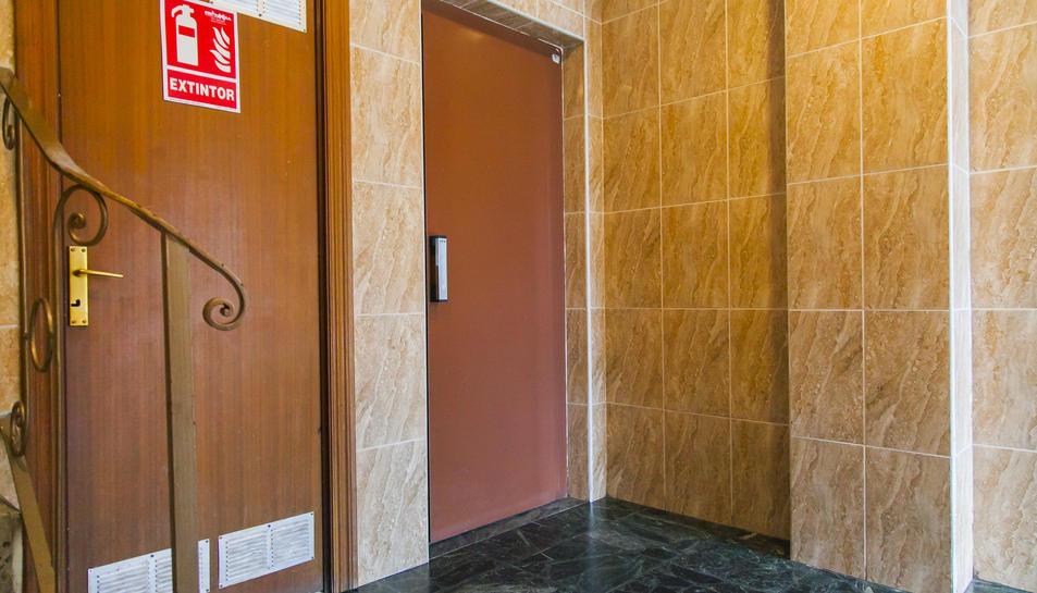 Porta de l'ascensor del número 7-B de Zamenhoff.