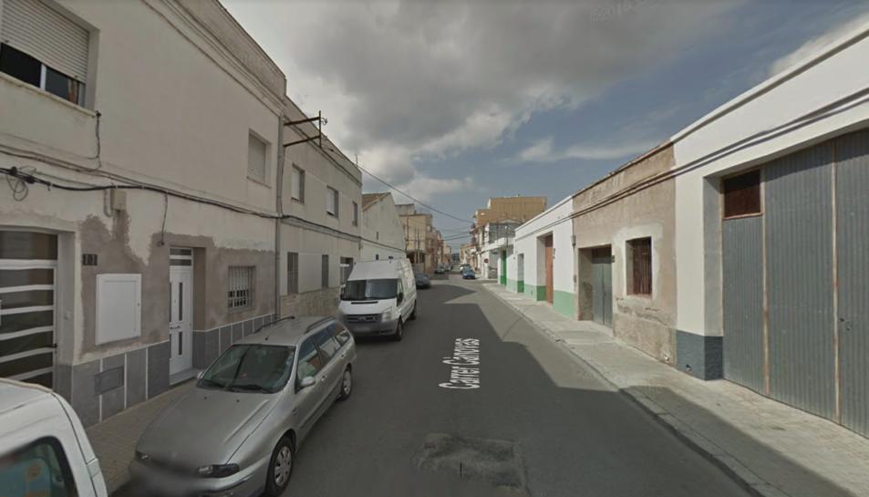El cotxe incendiat es trobava estacionat al carrer Cànovas del municipi.