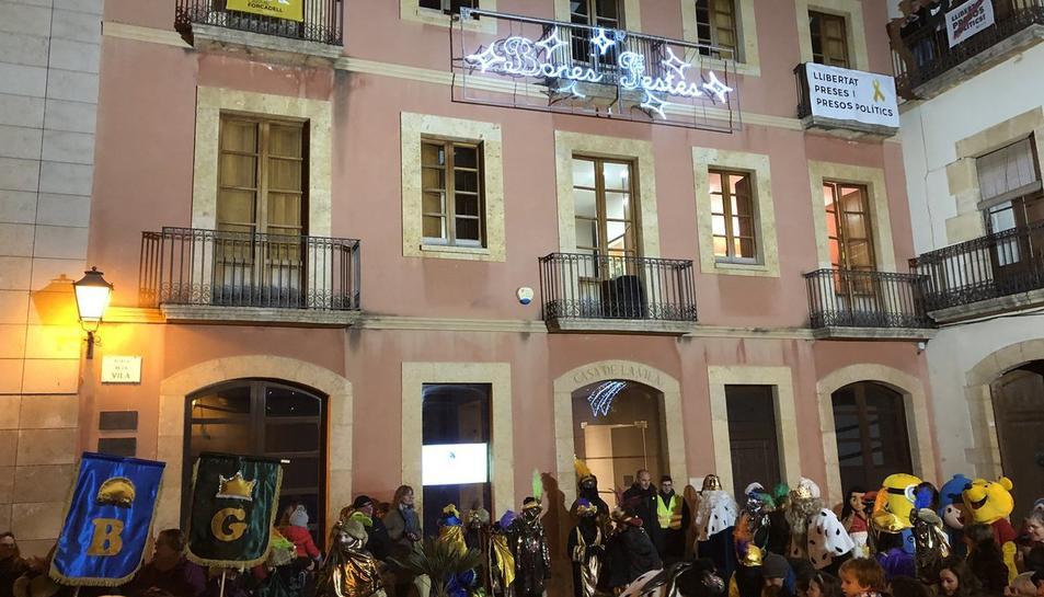 Imatge d'arxiu de l'Ajuntament del Catllar per Nadal on es pot observar la pancarta de suport als polítics presos.