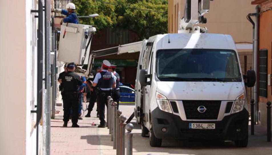 Un operari en una grua treballa en l'operatiu contra les connexions fraudulentes d'electricitat a Reus.