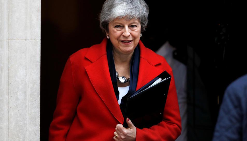 La primera ministra britànica, Theresa May, sortint del número 10 de Downing Street.