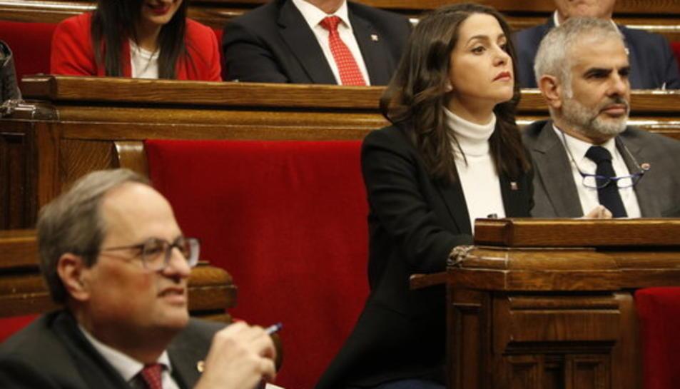 El president de la Generalitat, Quim Torra, desenfocat en primer pla i Inés Arrimadas enfocada en segon pla al ple del Parlament del 20 de març.