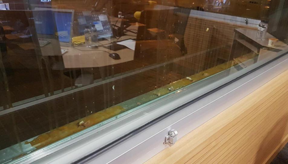 Imatge dels ous llançats als vidres de l'estudi 1 de l'emisora.