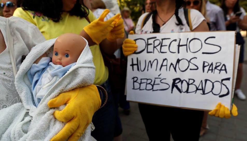 Víctimes d'una trama de bebes robats en una manifestació a Madrid.