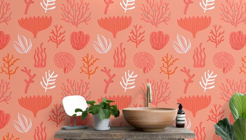 El living coral arriba també al paper de paret.