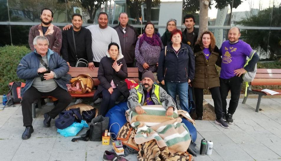 Jorge Fernández durant la seva vaga de fam davant de l'Ajuntament de Cambrils.