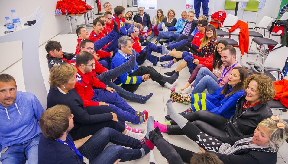 Tothom portava un mitjó diferent a l'altre per commemorar el Dia Mundial del Síndrome de Down.