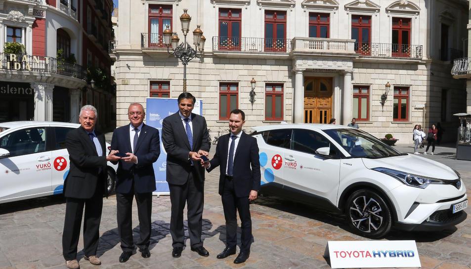 Els responsables de Toyota a Espanya entregant les claus dels cotxes a l'Ajuntament.