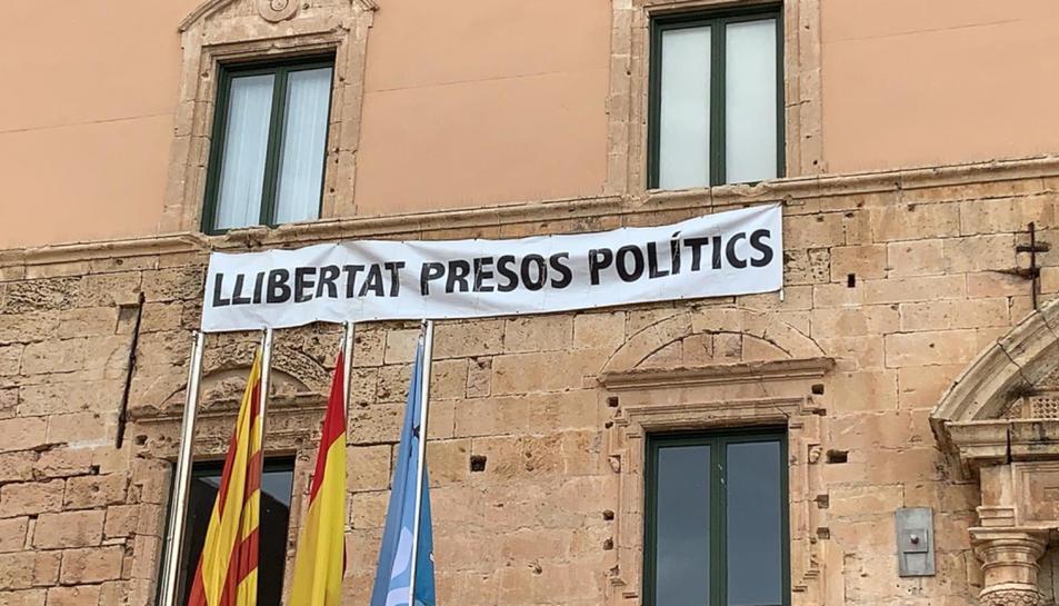 Imatge de la pancarta a l'Ajuntament de Torredembarra.
