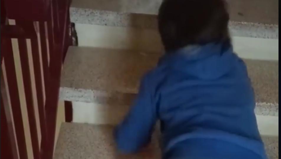 Haizea pujant les escales en una imatge cedida per la seva mare.