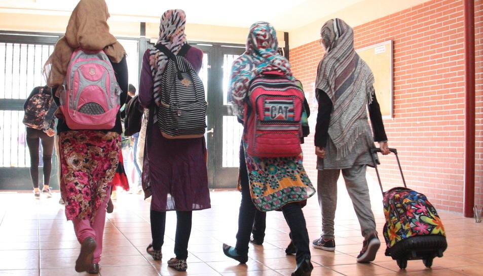 Noies musulmanes amb vel surten d'un institut, en una imatge d'arxiu.