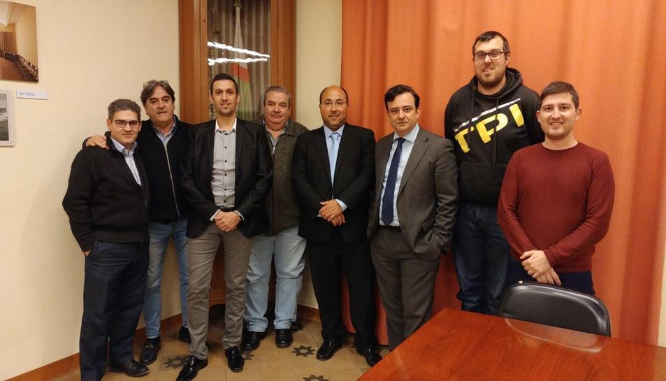 Òscar Busquets, cinquè per l'esquerra, amb membres de la junta escollida el febrer del 2018.