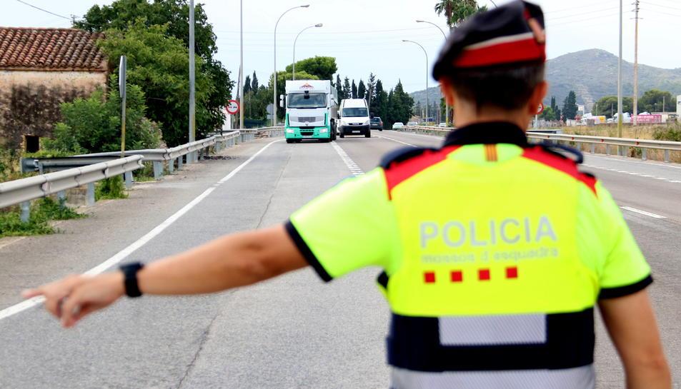 Un camió arribant al punt de control dels mossos a la N-340.