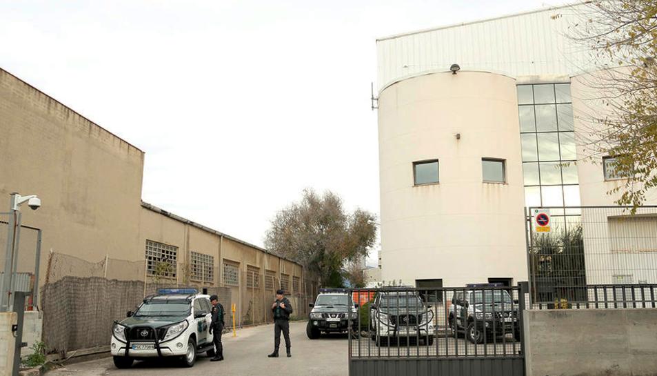 Agents i vehicles de la Guàrdia Civil a la seu d'Unipost, a l'Hospitalet de Llobregat.