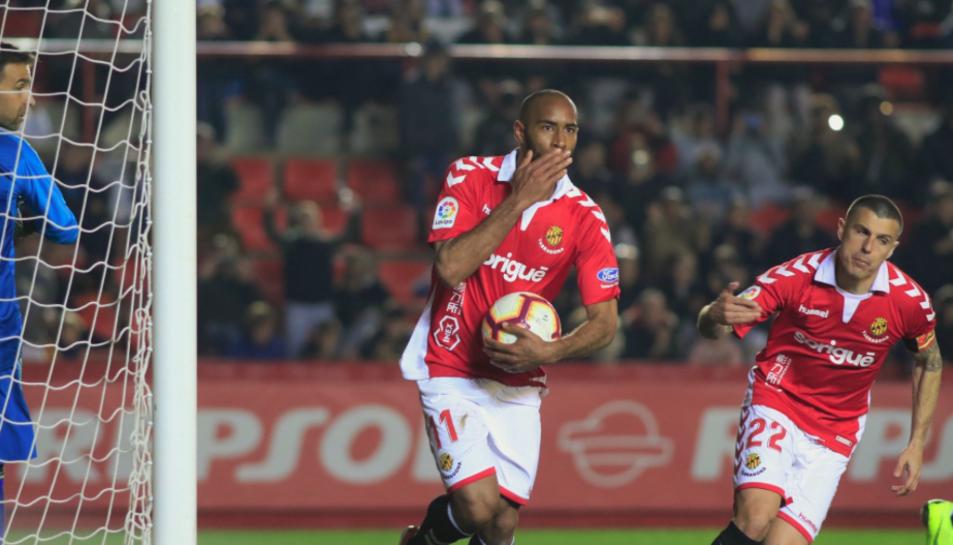 Kanté, amb la pilota a la mà, després de marcar el gol contra el Càdiz al Nou Estadi.