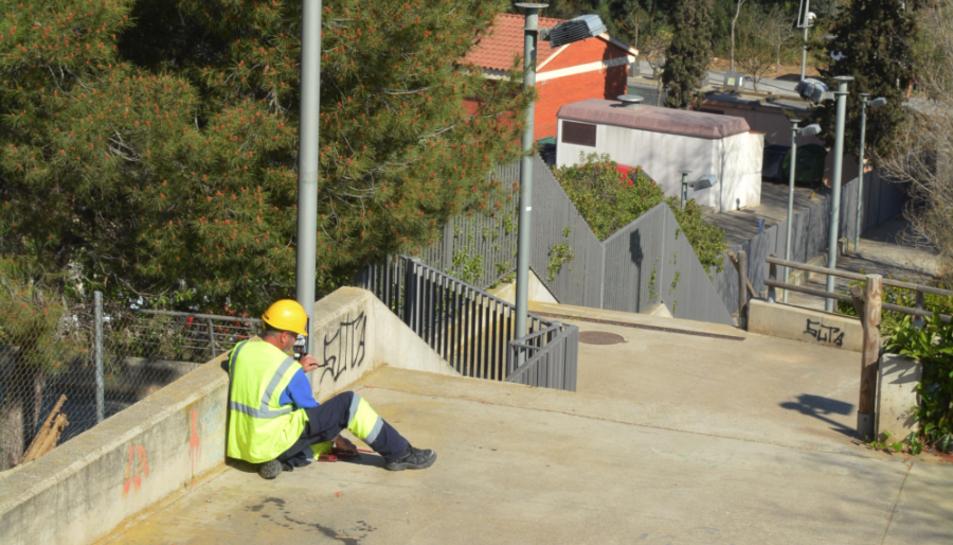 Els operaris ja treballen en les tasques de reposició del cablejat.