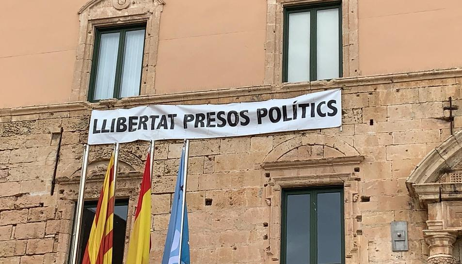 Imatge de la pancarta col·locada a la façana de l'Ajuntament de Torredembarra.