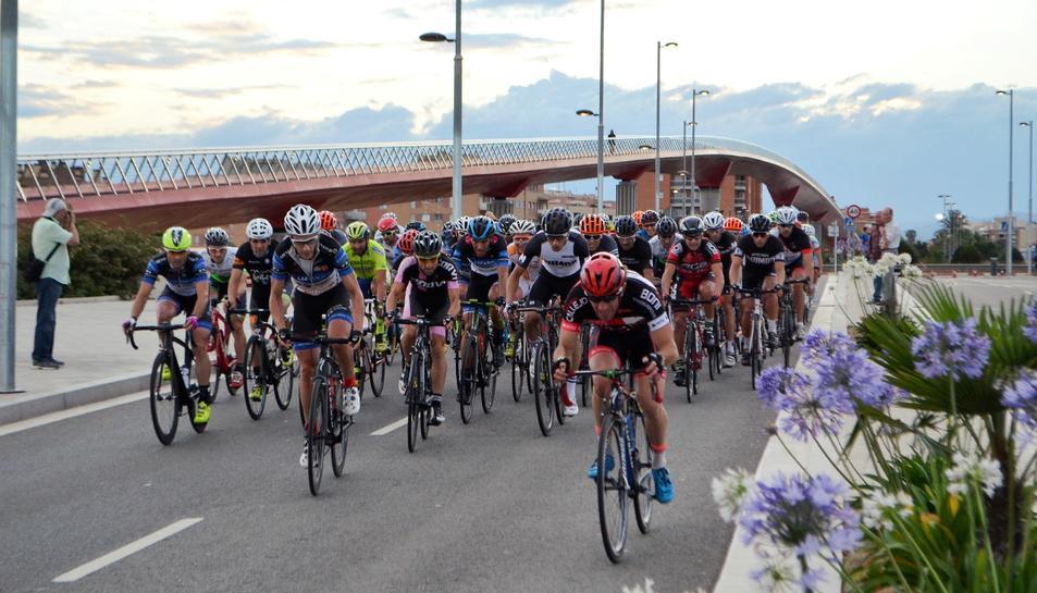 Un grup de ciclistes circulant per