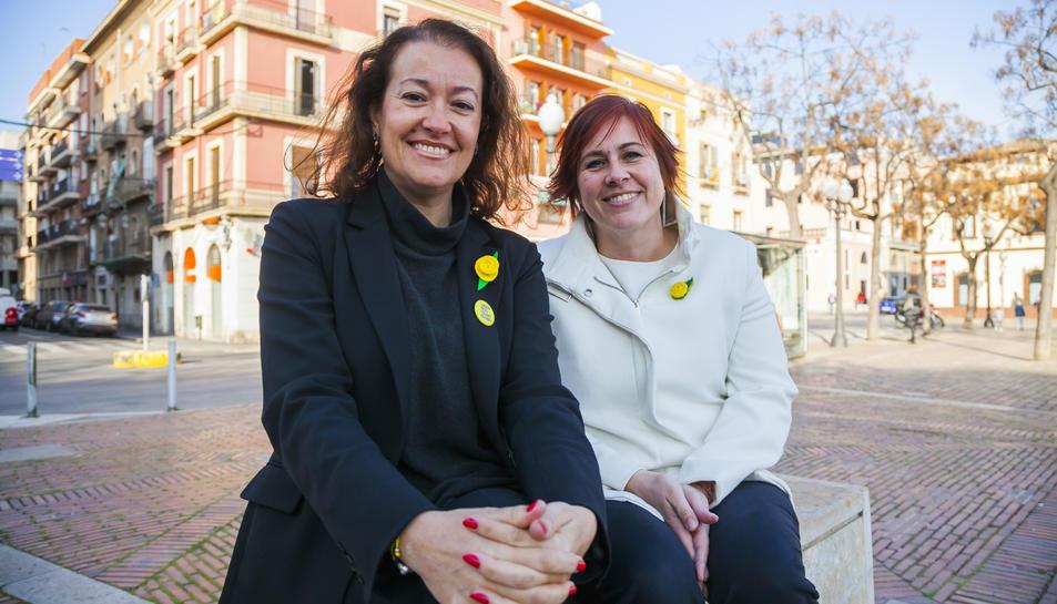 Laura Castel (esquerra) i Mònica Alabart (dreta), ahir, a la plaça dels Carros.