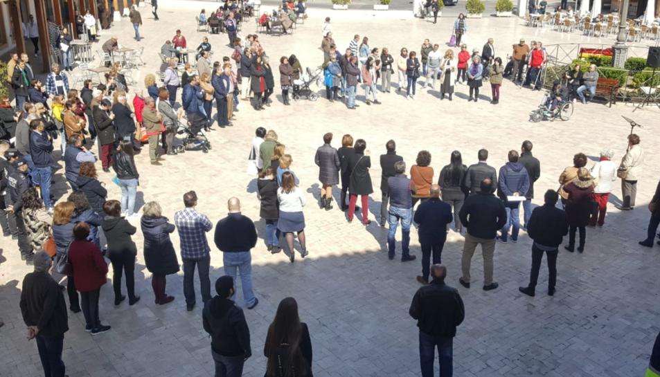 Concentració davant l'Ajuntament de Ciempozuelos per condemnar l'agressió sexual.