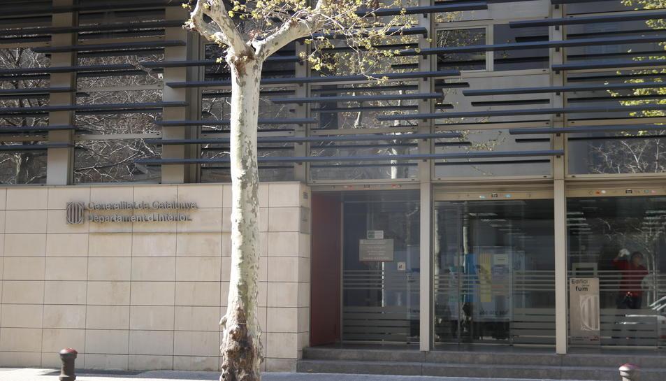 Pla general de la porta del Departament d'Interior sense llaços ni pancartes, el 22 de març del 2019.