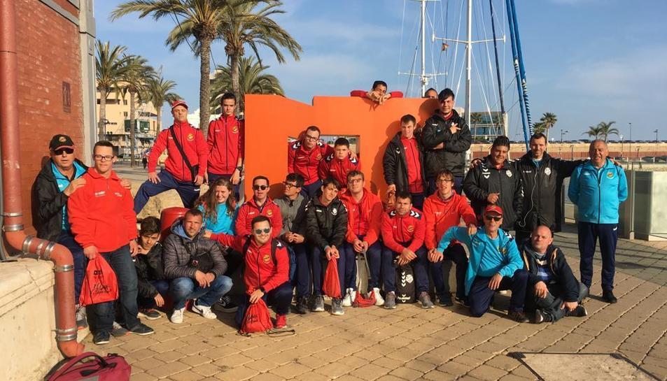 Els jugadors del Genuine van fer un passeig amb el Tarragona Blau del Port de Tarragona.