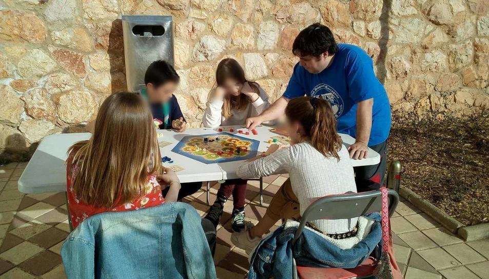 Imatge d'arxiu de diverses persones jugant a jocs de rol en el marc d'una activitat organitzada pel club.