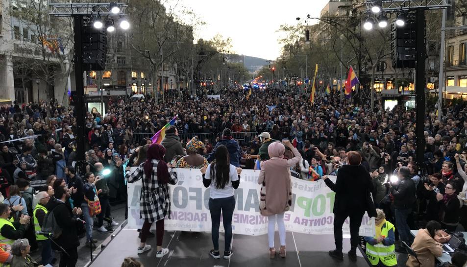 Pla general de la manifestació després que hagi arribat a la cruïlla entre Passeig de Gràcia i Gran Via de les Corts Catalanes.