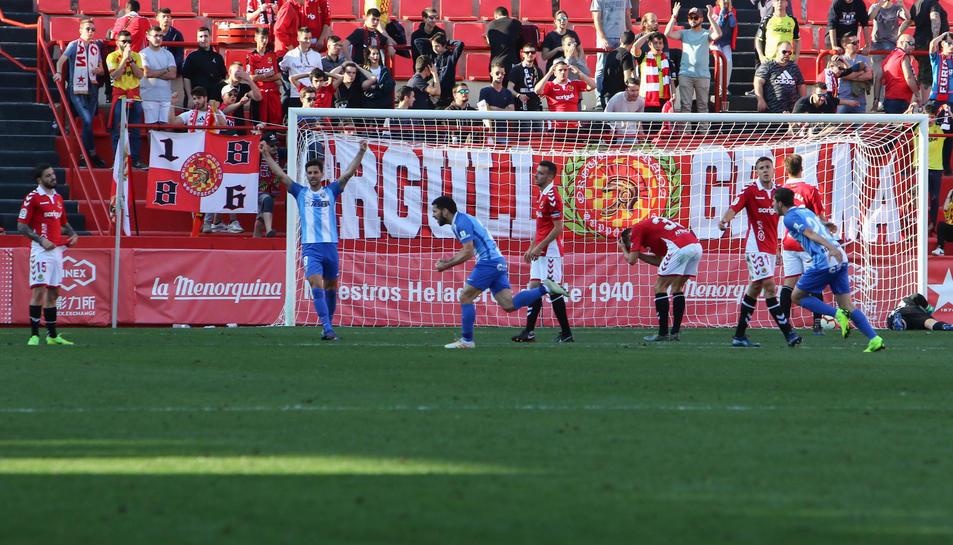 Decepció total sobre la gespa del Nou Estadi després del gol del Málaga, que va enfonsar tota esperança de permanència.