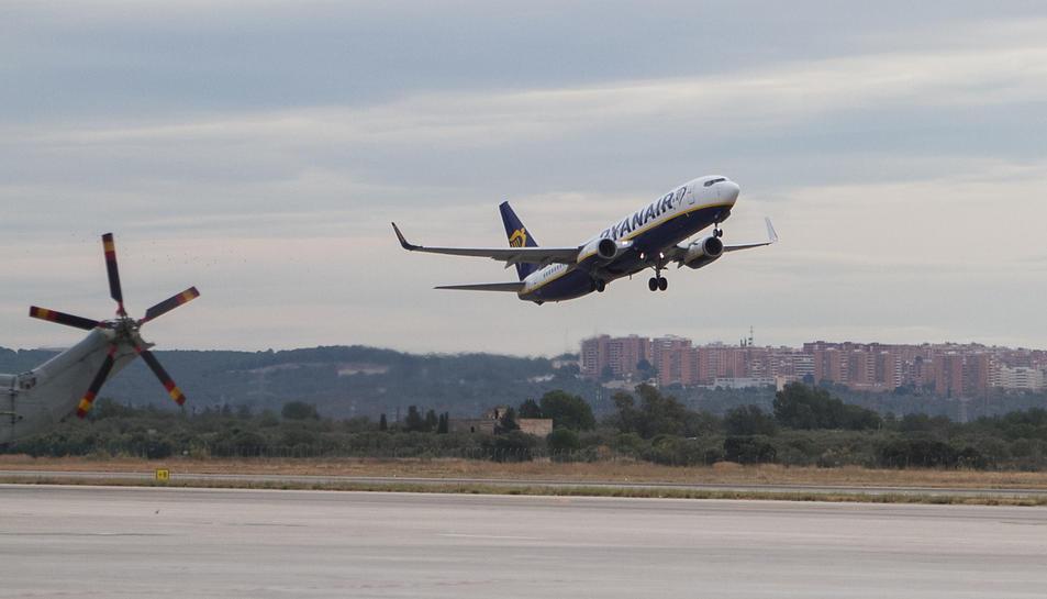 Un avió de Ryanair s'enlaira des de l'Aeroport de Reus.