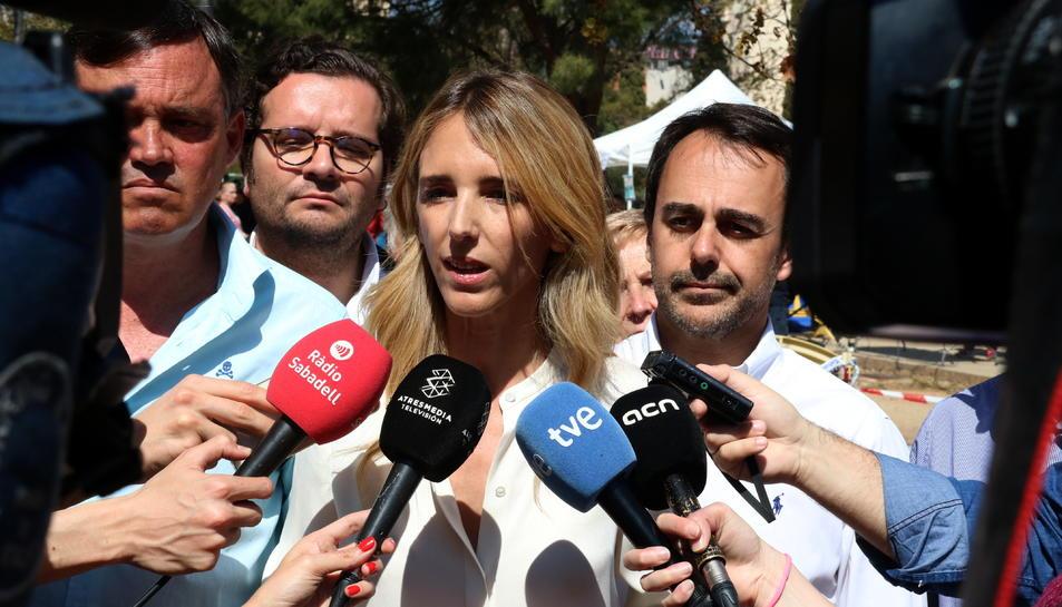 Cayetana Álvarez de Toledo, atenent els mitjans de comunicació.