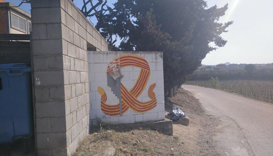 Imatge del mural de l'institut de Falset que s'havia pintat en unes jornades culturals de fa 7 anys, i el divendres van obligar a tapar.
