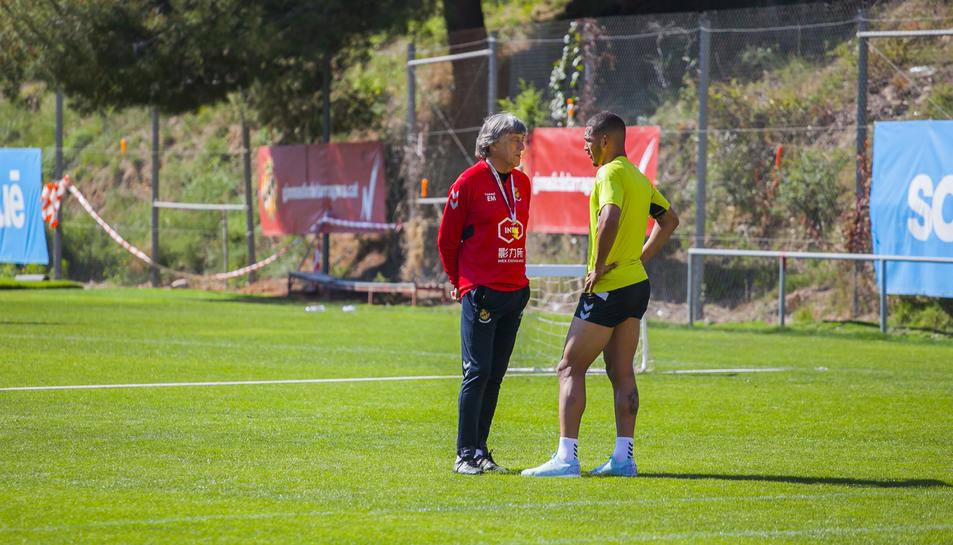 Enrique Martín parlant amb Luis Suárez, durant l'entrenament d'ahir a l'annex del Nou Estadi, el primer de la setmana.