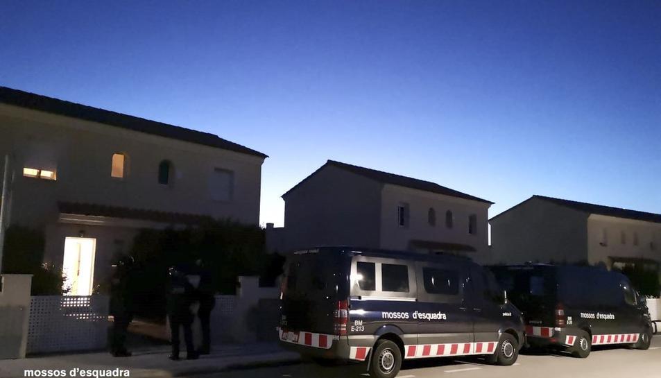 Imatge del dispositiu dels Mossos d'Esquadra contra un grup que robava en benzineres d'autopistes al Camp de Tarragona, publicada el 25 de març del 2019 (horitzontal)