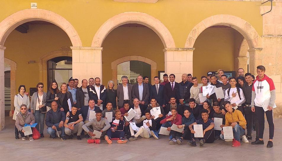 Imatge dels joves i de les autoritats que han participat al lliurament dels certificats.