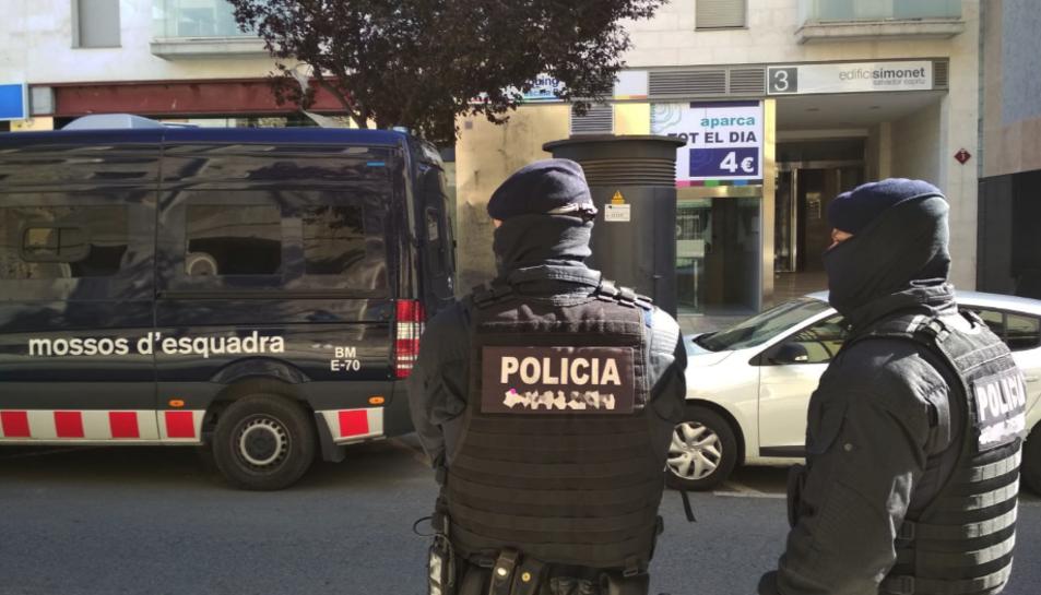 Agents dels Mossos d'Esquadra davant de l'edifici Simonet número 3, on s'estan fent entrades i registres.