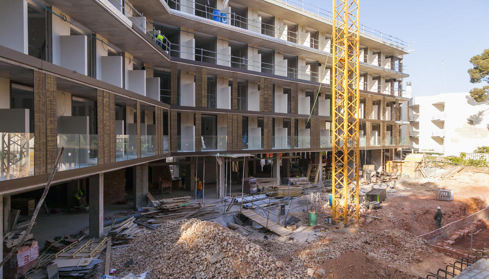 L'establiment hoteler s'ubica entre els carrers Vaporet i Ermitanet del Cap Salou i ofereix vistes al mar.