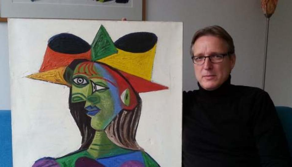 Fotografia de l'investigador d'art Arthur Brand amb la pintura recuperada.