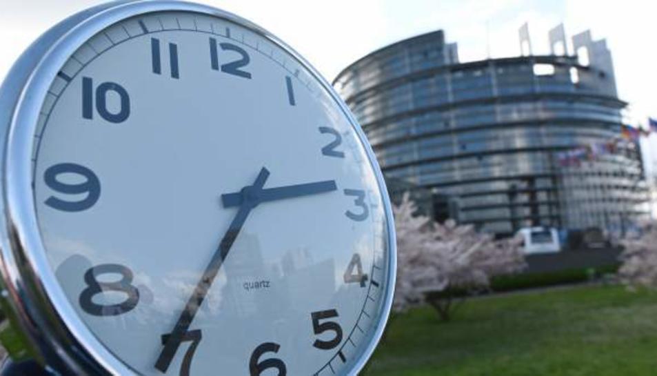 Un rellotge davant del Parlament Europeu, aquest dimarts a Estrasburg.