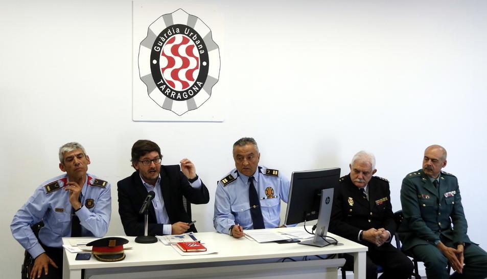El tinent d'alcalde de Seguretat Ciutadana de Tarragona, Javier Villamayor, en roda de premsa amb responsables dels diferents cossos policials.