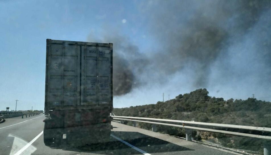 L'incendi ha provocat una visible columna de fum.