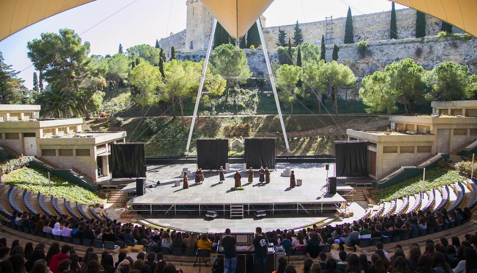 Alumnes de secundària, ahir en la representació d''Èdip rei'.