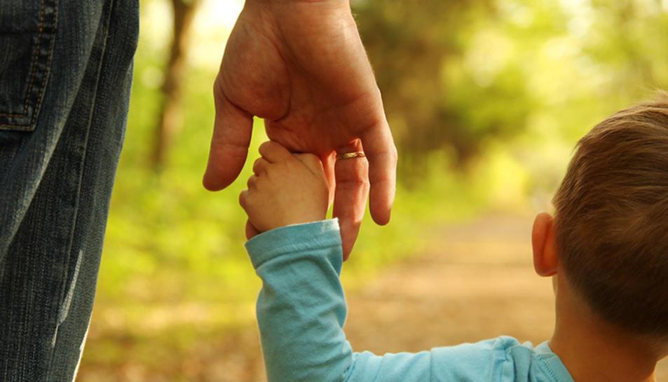 Un infantant passejant amb el seu pare.