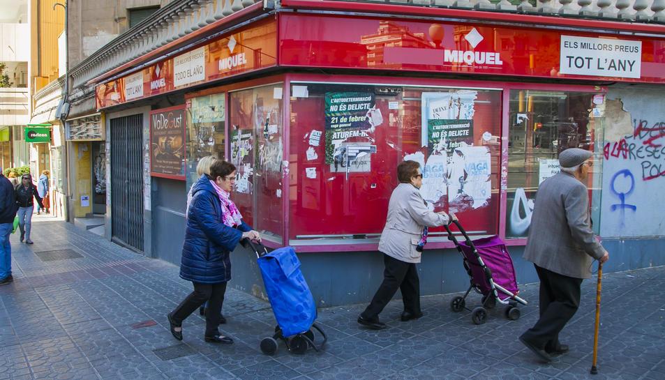 Imatge de cartells enganxats al centre de la ciutat.