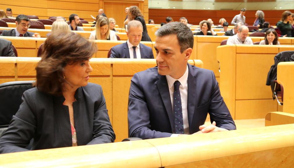 El president d'Espanya, Pedro Sánchez, i la vicepresidenta, Carmen Calvo, el passat desembre al Senat.