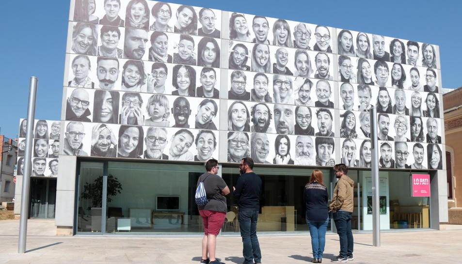 La façana del Centre d'Art Lo Pati d'Amposta amb els retrats de #mosmirem.