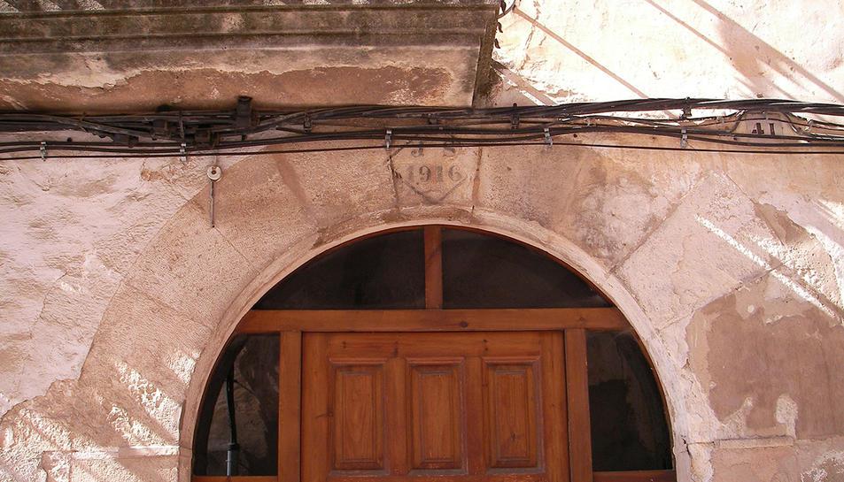 Imatge dels arcs de pedra foradats per la instal·lació de cablejat.