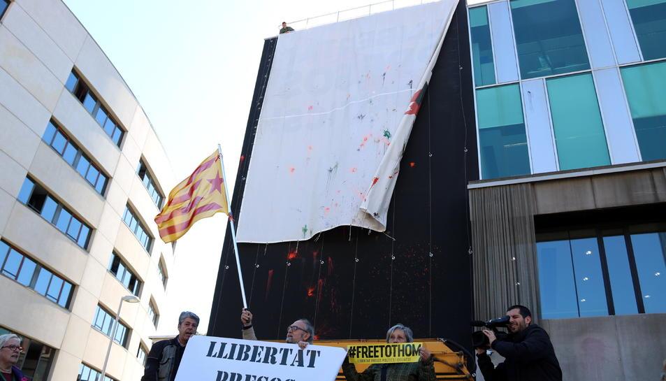 L'Ajuntament de Sant Cugat amb la pancarta blanca penjada a la façana.