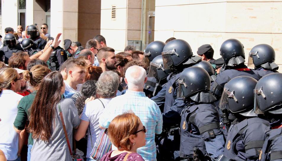 Primer pla de l'enfrontament entre els Mossos d'Esquadra i ciutadans a Sabadell el 20-S.