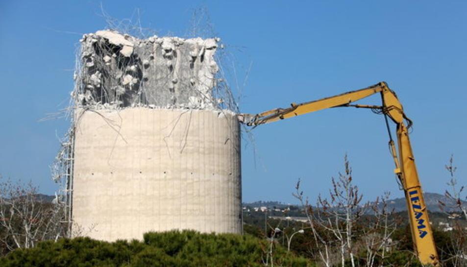 La xemeneia de la central tèrmica de Foix, a Cubelles, en plena recta final de demolició.